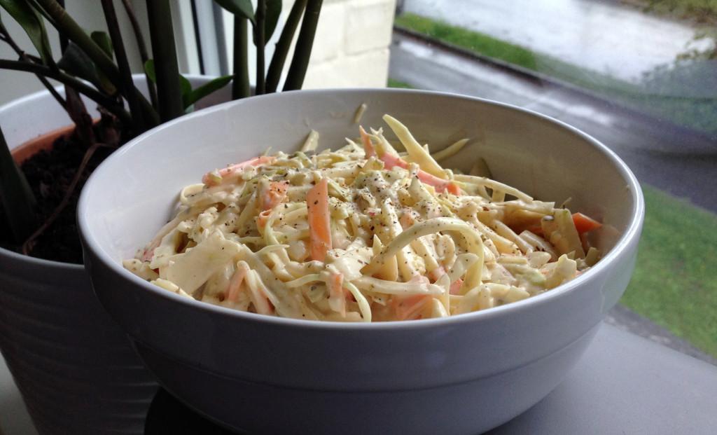 Hovedingrediensene i denne coleslawen består av kål, gulrot, eple.