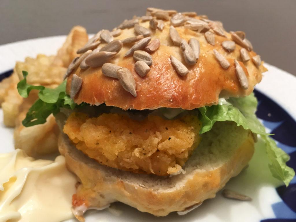 Humburgerbrød med fløte og solsikkefrø