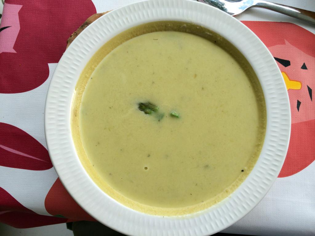 Det går cirka 1 kg asparges med til suppen